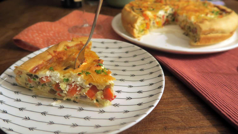 Wijnspijs: makkelijke quiche met 5 groenten en oude kaas